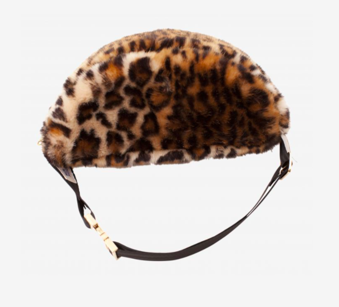 Faux fur bum bag.Adjustable belt strap.Closes with golden buckle.